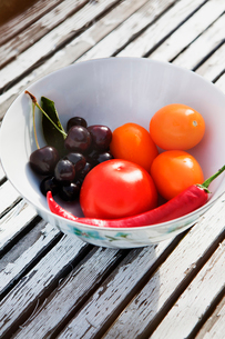 Sweden, Bowl of cherries, tomatoes and red chili pepperの写真素材 [FYI02198583]