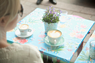 Sweden, Stockholm, Coffee cups on table at sidewalk cafeの写真素材 [FYI02198729]