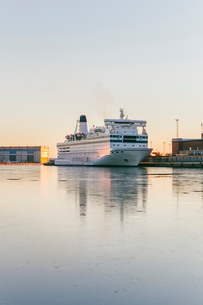 Finland, Uusimaa, Helsinki, Ferry anchored in harborの写真素材 [FYI02198758]