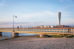 Sweden, Skane, Malmo, Ribersborg, Kallbadhuset bridge over sandy beachの写真素材 [FYI02198796]