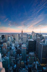 USA, New York State, New York City, Skyscrapers on Manhattan at duskの写真素材 [FYI02198837]