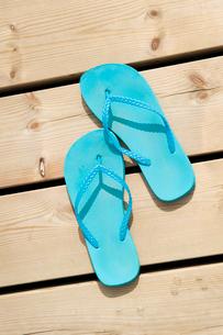 Sweden, Blue flip-flops on pierの写真素材 [FYI02198838]