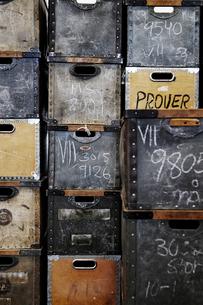 Full frame shot of metallic boxesの写真素材 [FYI02198988]