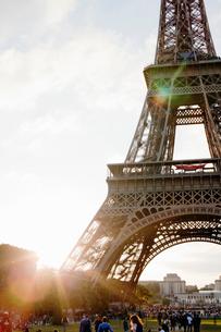 France, Ile-de-France, Paris, Eiffel Tower at sunsetの写真素材 [FYI02199118]