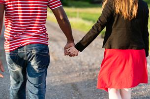 Sweden, Vastmanland, Bergslagen, Hallefors, Rear view of mid adult couple holding handsの写真素材 [FYI02199186]