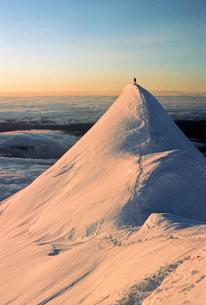 USA, Alaska, Flat Iron, Person on top of snowy Mount McKinleyの写真素材 [FYI02199224]