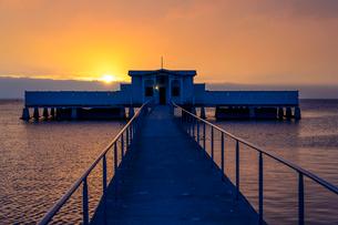 Sweden, Oland, Borgholm, Borgholms Kallbadhus, Sun setting down over pierの写真素材 [FYI02199276]