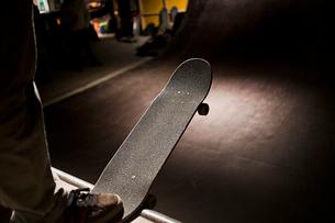 Denmark, Copenhagen, Boy with skateboardの写真素材 [FYI02199281]