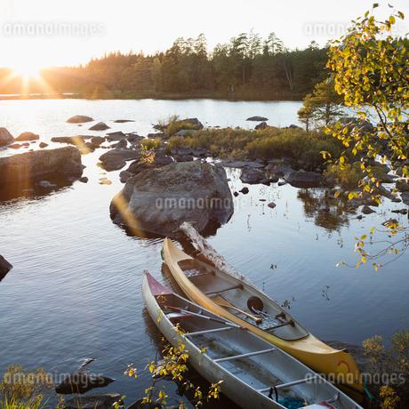 Sweden, Skane, Filkesjon, Canoes moored at shoreの写真素材 [FYI02199323]