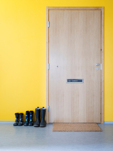 Finland, Uusimaa, Helsinki, shoes in a row outside wooden doorの写真素材 [FYI02199340]