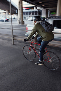 Sweden, Sodermanland, Stockholm, Sodermalm, Slussen, Mid adult man cycling in cityの写真素材 [FYI02199348]