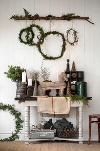 Sweden, Christmas decoration living roomの写真素材 [FYI02199411]