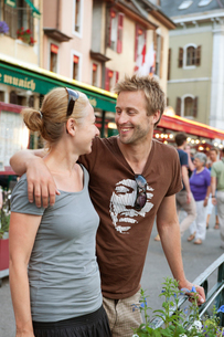France, Rhone-Alpes, Haute-Savoie, Annecy, Young smiling coupleの写真素材 [FYI02199477]