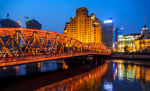 China, Shanghai, Lujiazu, Bridge with city buildings in background at nightの写真素材 [FYI02199489]