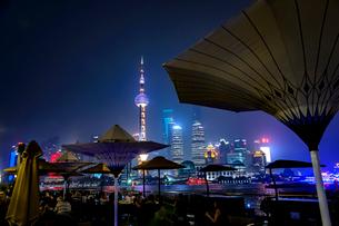 China, Shanghai, Outdoor restaurants at nightの写真素材 [FYI02199511]