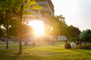 France, Ile-de-France, Paris, People in park by Eiffel Tower at sunsetの写真素材 [FYI02199519]