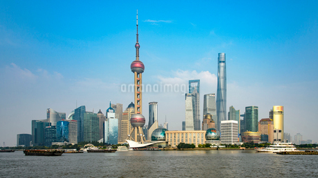 China, Shanghai, Lujiazu, Financial district with Huangpu river in foregroundの写真素材 [FYI02199531]