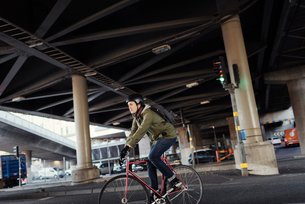 Sweden, Sodermanland, Stockholm, Sodermalm, Slussen, Mid adult man cycling in cityの写真素材 [FYI02199539]