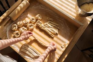 Sweden, Woman making cinnamon bunsの写真素材 [FYI02199558]