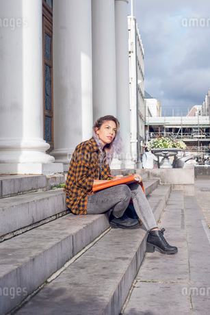 Sweden, Vastra Gotaland, Gothenburg, Artist drawing on steps in old townの写真素材 [FYI02199587]