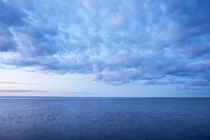 Sweden, Uppland, Baltic Sea, Tranquil sea at duskの写真素材 [FYI02199592]