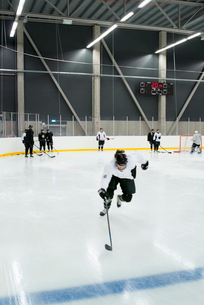 Sweden, Young hockey player skating on rinkの写真素材 [FYI02199686]