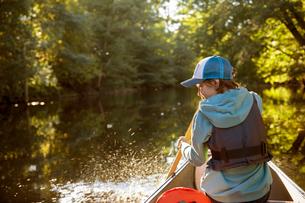 Sweden, Vastergotland, Lerum, Savean, Boy (12-13) kayaking on riverの写真素材 [FYI02199715]