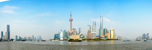 China, Shanghai, Lujiazu, Financial district with Huangpu river in foregroundの写真素材 [FYI02199719]