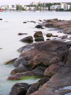 Finland, Uusimaa, Helsinki, Lauttasaari, Close-up of stones and rocks by sea, marina in backgroundの写真素材 [FYI02199725]