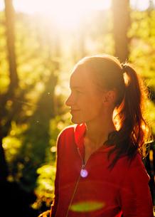 Finland, Paijat-Hame, Heinola, Mid-adult woman in forestの写真素材 [FYI02199745]