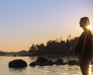 Finland, Uusimaa, Helsinki, Lauttasaari, Pregnant woman looking at seaの写真素材 [FYI02199768]