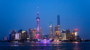 China, Shanghai, Lujiazu,  Financial district with Huangpu river in foreground at nightの写真素材 [FYI02199848]