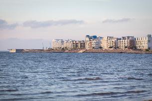 Sweden, Skane, Malmo, Vastra Hamnen, Waterfront with apartment buildingsの写真素材 [FYI02199862]