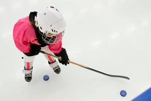 Sweden, Girl (6-7) training on ice hockey rinkの写真素材 [FYI02199875]