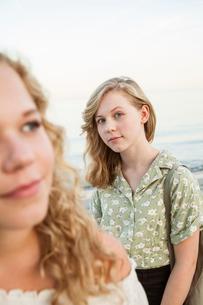Sweden, Blekinge, Hallevik, Front view of two teenage girls (14-15, 16-17) at bayの写真素材 [FYI02199878]