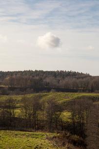 Sweden, Vastergotland, Lerum, Tranquil scene of green landscape under cloudy skyの写真素材 [FYI02200019]