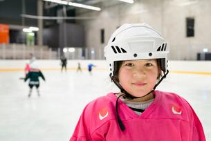 Sweden, Portrait of girl (6-7) in ice hockey uniformの写真素材 [FYI02200031]