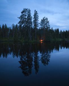 Sweden, Vastmanland, Svartalven, Tranquil lake at duskの写真素材 [FYI02200062]
