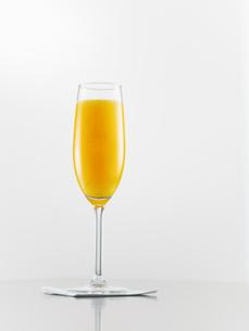 Orange juice in champagne fluteの写真素材 [FYI02200105]