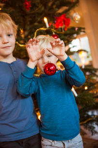 Sweden, Two brothers (4-5, 6-7) with Christmas decoration toysの写真素材 [FYI02200119]