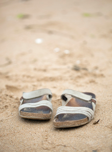 France, Brittany, Pair of woman's sandals on sandy beachの写真素材 [FYI02200157]