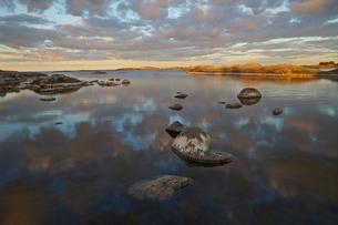 Sweden, Stockholm Archipelago, Uppland, Fluttuskaren, Tranquil view of bayの写真素材 [FYI02200199]