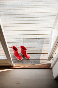 Sweden, Smaland, Hasselo, View of red rubber bootsの写真素材 [FYI02200228]