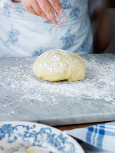 Sweden, Woman making pasta doughの写真素材 [FYI02200260]