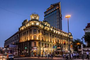 China, Shanghai, Lujiazu, Astor House Hotel at nightの写真素材 [FYI02200283]