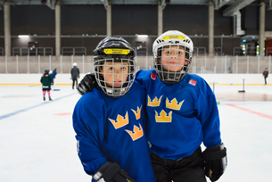 Sweden, Young male hockey players (8-9) on iceの写真素材 [FYI02200336]