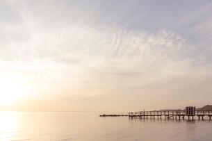 Sweden, Skane, Landskrona, Seascape with jetty at sunsetの写真素材 [FYI02200419]