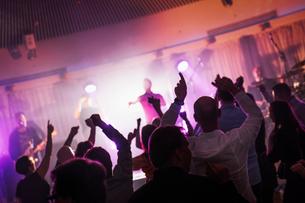 Finland, Varsinais-Suomi, Turku, Fans dancing at music festivalの写真素材 [FYI02200506]