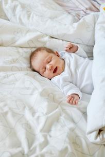Sweden, Newborn baby girl (0-1 months) lying in bedの写真素材 [FYI02200553]