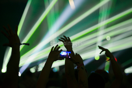 Finland, Uusimaa, Helsinki, Man taking photos with smartphone at Summer Sound Festivalの写真素材 [FYI02200557]